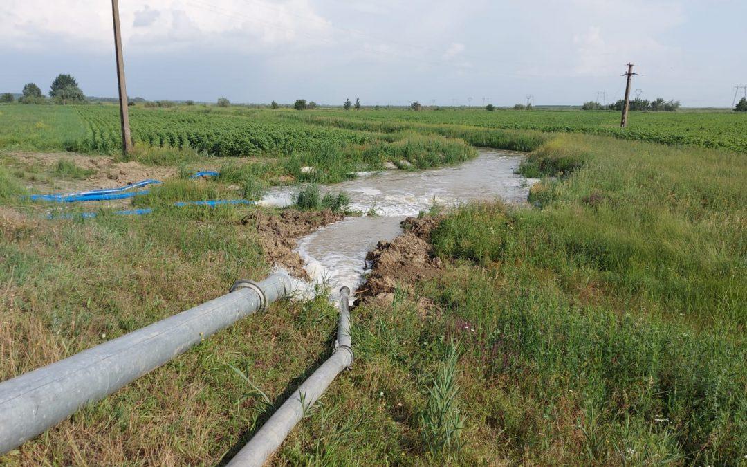 Inundarea satului Vadu Roșca a fost evitată după trei zile de luptă cu apele. Apa de pe câmp a fost deversată în Putna cu pompele
